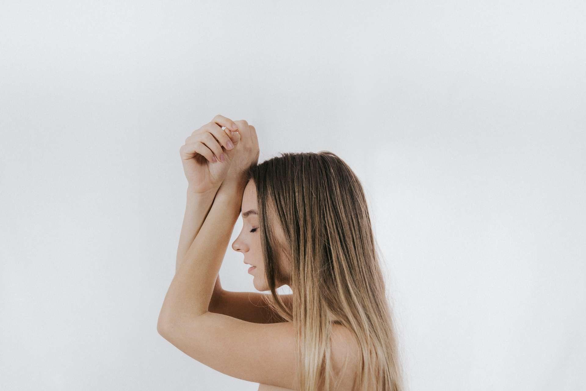 Manos bonitas y rostro saludable para vídeo de cosmética en Sevilla
