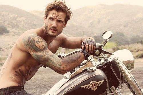 Motero guapo (con moto) para videoclip en Sevilla